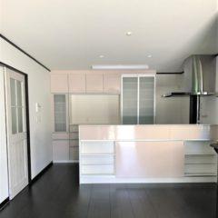 玄関アプローチからのウッドデッキ、建物内・外の色使いまで、バランスの取れた注文住宅。今後、親との同居など将来を見据えて、長く愛せる家。のサムネイル画像5