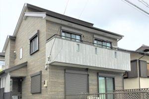 玄関アプローチからのウッドデッキ、建物内・外の色使いまで、バランスの取れた建物。今後、親との同居など将来を見据えて、長く愛せる家。
