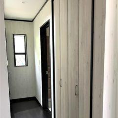 玄関アプローチからのウッドデッキ、建物内・外の色使いまで、バランスの取れた注文住宅。今後、親との同居など将来を見据えて、長く愛せる家。のサムネイル画像9