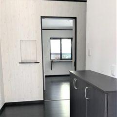 玄関アプローチからのウッドデッキ、建物内・外の色使いまで、バランスの取れた注文住宅。今後、親との同居など将来を見据えて、長く愛せる家。のサムネイル画像3