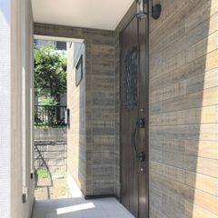玄関アプローチからのウッドデッキ、建物内・外の色使いまで、バランスの取れた注文住宅。今後、親との同居など将来を見据えて、長く愛せる家。のサムネイル画像2