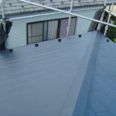 軽量で建物への負担も少ない、ガルバリウム鋼板の屋根。カバー工法で費用面と耐久性を兼ね備えるリフォーム。のサムネイル画像6