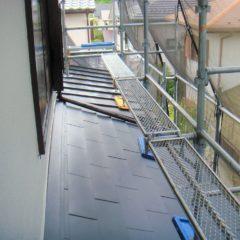 軽量で建物への負担も少ない、ガルバリウム鋼板の屋根。カバー工法で費用面と耐久性を兼ね備えるリフォーム。のサムネイル画像12