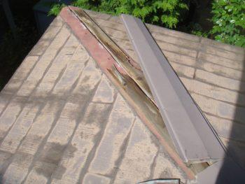 屋根と屋根のつなぎ目の隅棟部分がずれてしまっている写真。
