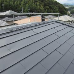 軽量で建物への負担も少ない、ガルバリウム鋼板の屋根。カバー工法で費用面と耐久性を兼ね備えるリフォーム。のメイン画像です