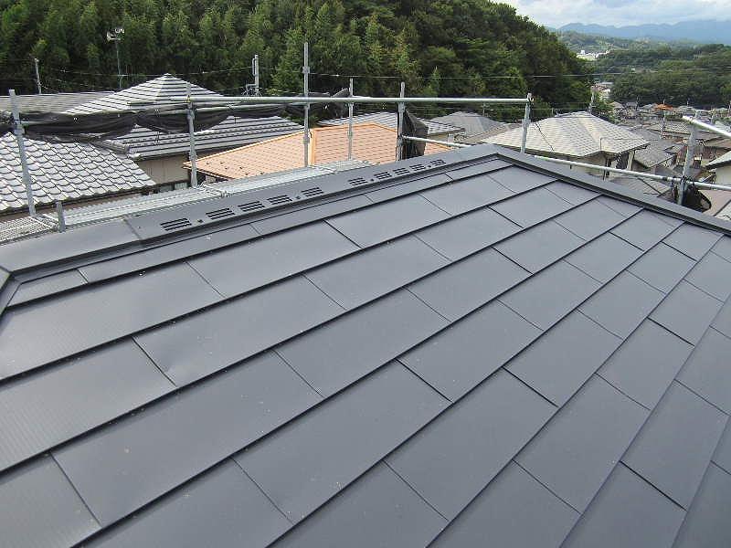 軽量で建物への負担も少ない、ガルバリウム鋼板の屋根。カバー工法で費用面と耐久性を兼ね備えました。
