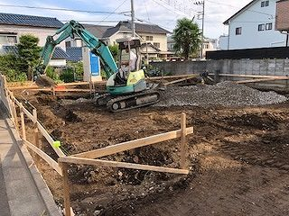 いよいよ基礎工事が始まり、敷地内でパワーショベルが土を掘り起こしています。