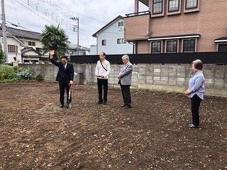 順番に土を掘り起こしていきます。