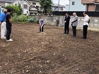 起工式にて施主様が盛土を掘り起こしています。