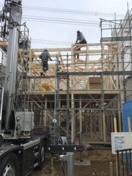 2階の骨組みを施工中の職人さん達。