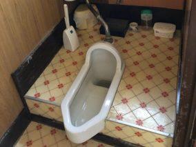 使いづらかった和式トイレを、手すり付きのオート機能トイレへのビフォー画像