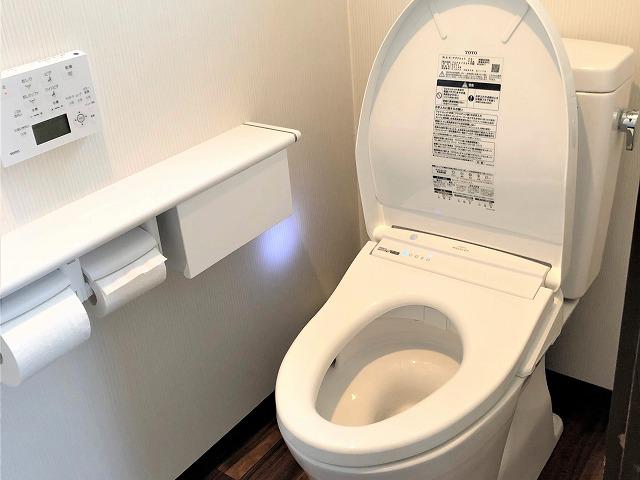 使いづらかった和式トイレを、手すり付きのオート機能トイレへ